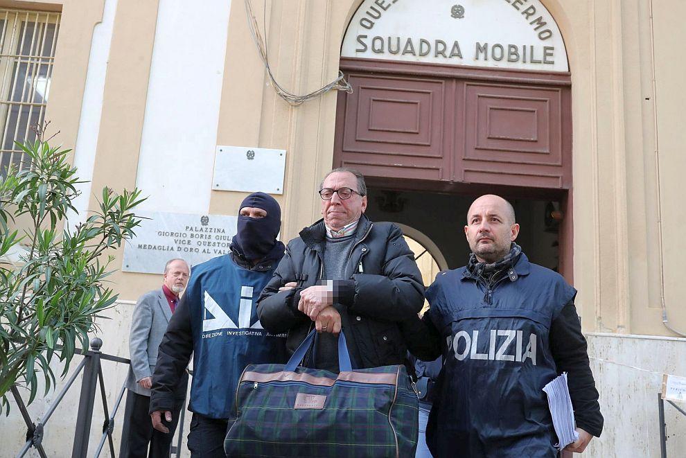 Полицията постепенно затяга примката, като арестува над 100 негови роднини или помощници на Месина Денаро