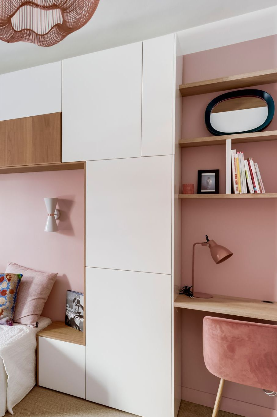 Решението е да използвает естествените извивки на стаята и там да наместите плот и етажерки по размер. Другият вариант е с готови мебели, които съчетават няколко функции в една.