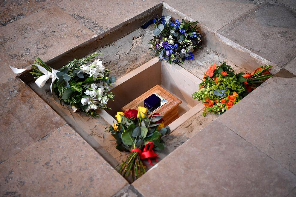 Прахът на Стивън Хокинг беше положен в Уестминстърското абатство в Лондон между гробовете на Исак Нютон и Чарлз Дарвин