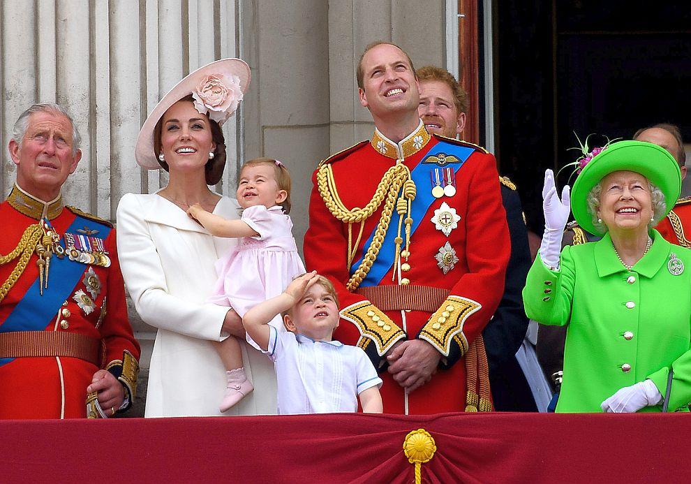 Принц Чарлз, херцогиня Катрин, принц Уилям, децата им Джордж и Шарлот, принц Хари и кралица Елизабет на кралския балкон
