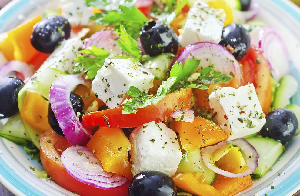 Придържането към режим с много плодове, зеленчуци, ядки, пълнозърнести храни, зехтин и риба може да намали загубата на костна маса