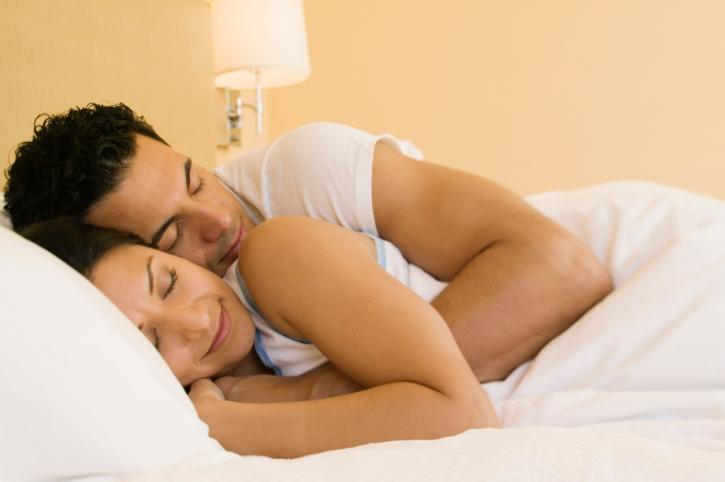 мъж жена легло сън гушкане