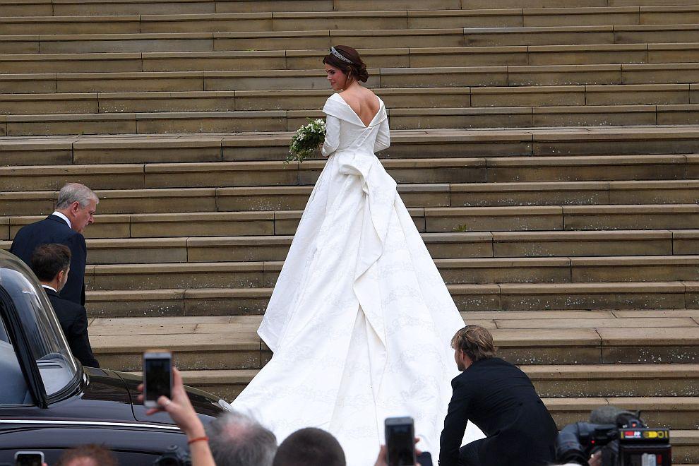 Булчинската рокля на принцеса Юджини е дело на британските дизайнери Питър Пилото и Кристофър де Вос