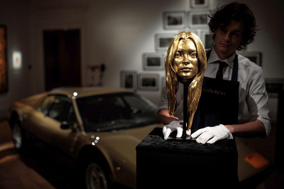 Изваяната от злато глава на Кейт Мос беше продадена на търг за 486 000 долара