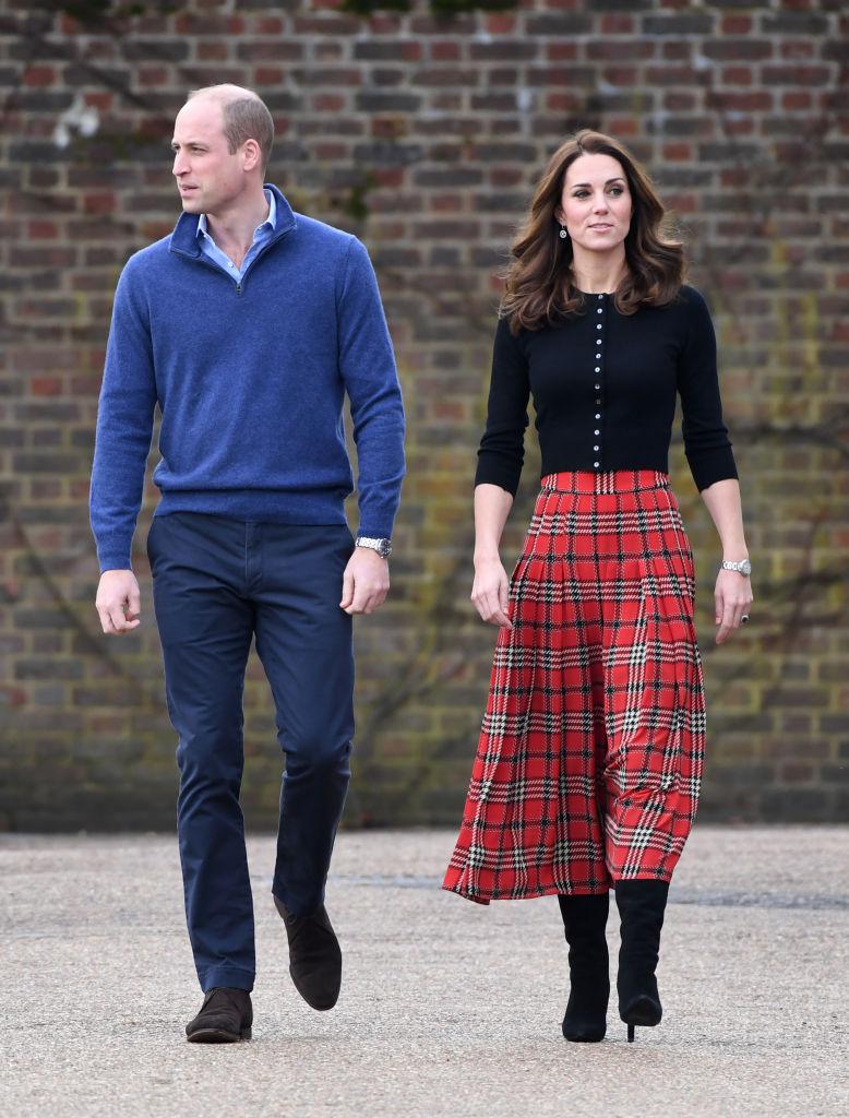 Принц Уилями съпругата муКатрини тази година организирахаКоледно партиза семействата на британски военни., Принцът и пленителната му съпруга посрещнаха спразнично настроение,изкуствен сняги вкомпанията на Дядо Коледагостите вдвореца Кенсингтън., За поводахерцогиня Катринбеше избрала пола на любимата си дизайнеркаЕмилия Уикстеди кашмирена блуза на шотландската фирмаBrora.