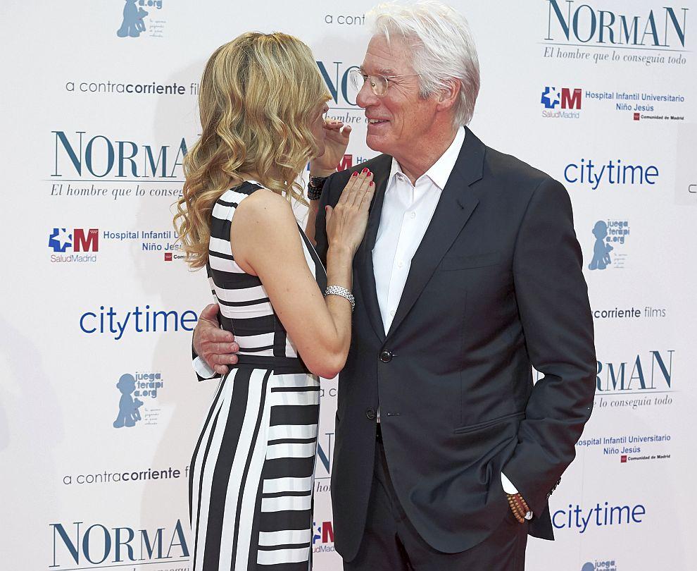 Ричард Гиър със съпругата си Алехандра
