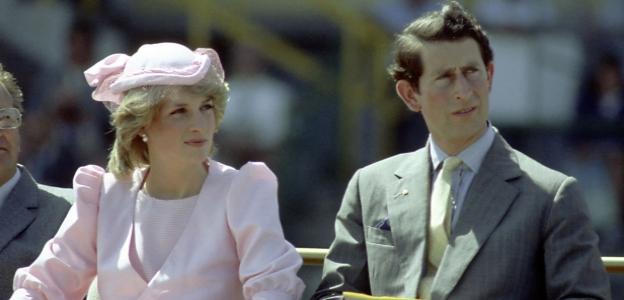 На 29 юли 1981 г. принцеса Даяна и принц Чарлз сключват брак, а мнозина обявяват събитието за сватбата на века. През декември 1992 г. височайшата двойка обявява публично, че се развежда.