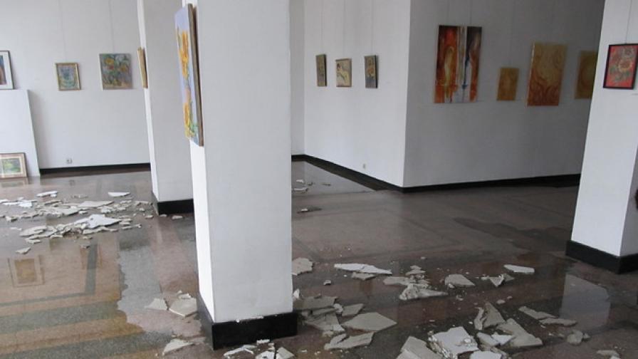 Наводнение остави русенци без коледни изложби